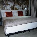 bequemes Doppelbett mit guter Bettwäsche