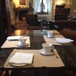 Desayunos en le salón-comedor, con una mesa hecha  ade un 'trillo'