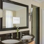 Deluxe Badezimmer mit integriertem Spiegel-TV