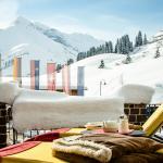 Die Terrasse unseres Hotels in Warth im Winter