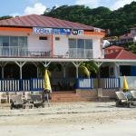 La devanture de l'hôtel côté plage avec vue sur la baie des Saintes