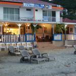 La devanture de l'hôtel côté plage avec vue sur la baie des Saintes au coucher du soleil