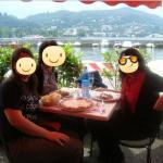 Caritas felices almorzando con vista al Lago di Como
