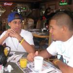 Bryan & Isaias desayunando