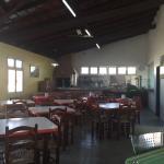 area compartilhada com mesas e churrasqueira