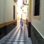La rue pietone devant l'hotel
