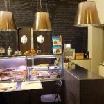 bancone su cucina con tavolino