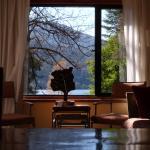 living comedor de la habitación con ventana al lago