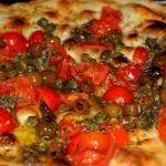 Foccacia Marinaio mit Kirschtomaten, Knoblauch, Sardellen, Kapern und Taggiasche-Oliven