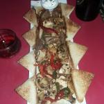 Tabla mixta. Pollo, Carne y verduras salteadas, acompañado de tostadas.