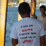 Câu nói thú vị trên áo của thợ lặn