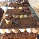 """""""Carrilet"""", pastel de creación. Base de tierno chocolate con tapa de crujiente chocolate negro"""