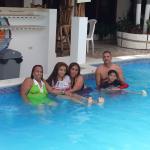 Mi familia disfrutando de la piscina.