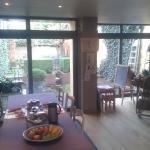Sala colazioni accogliente con patio