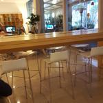 la barra y parte del area del centro de negocios que esta a un lado del comedor