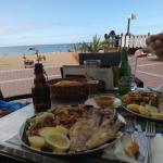 Buena cerveza y deliciosa comida, ¡todo frente al mar!