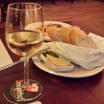 Gezellig bij binnenkomst, wijntje met stokbrood