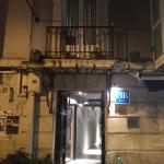 Fachada y puerta principal.