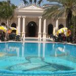 Pool mit Eingang zum Restaurant