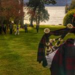 Show de un gaitero en pleno jardin con vista al lago