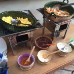 Desayuno huevos revueltos y chilaquiles