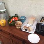 Desayuno, pan, fruta, jugo, yogurth y granola
