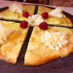 pizza de quesos suizos con flor Tete de Moine