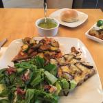 Wok de pollo con berengena gratinada y ensalada de espinacas