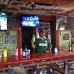 Julio derrière le Bar.