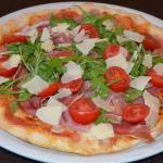 Pizza Parmaschinken mit frischem Rucola und Parmesansplittern