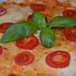 Pizza Mozzarella mit frischen Tomaten und Basilikum