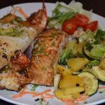Gemischter, gegrillter Fisch mit Gemüse. Dazu wird ein kleiner Beilagensalat gereicht