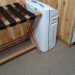 ドーミーインPREMIUM札幌の部屋にある空気清浄機と荷物置場