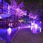 Beleuchteter Wirtsgarten mit Wasserspiel