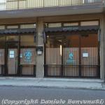 Le vetrate de 'La Dorada', chiusa da mesi, con i cartelli 'Affittasi' e 'Vendesi' in evidenza