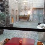 Vue de la terrasse intérieure depuis la salle du petit-déjeuner
