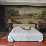 Фреска на стене и огромная кровать.