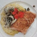 Filé de salmão com purê de mandioquinha ao ragu de cogumelos frescos