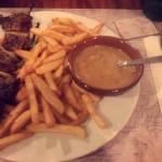 Brochette de bœuf, frites, sauce au poivre