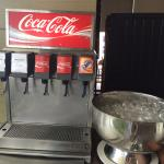 น้ำโค๊กและโซดา (ผสมโซดาในโค๊กจะอร่อยกว่านะคะ)