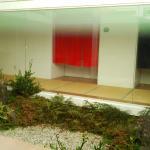 中庭の向こうの暖簾が温泉入口