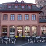 ドームの隣にあって、広場に面している洒落たカフェ