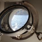 船内の部屋の窓