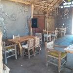 El restaurante y sus mesas, en el patio de la casa familiar