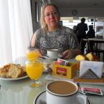disfrutando del desayuno