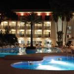 Hotel- und Poolansicht