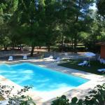 Belle piscine ensoleillée