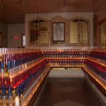 La Virgen de Guadalupe con 2,000 velas votivas de los fieles en el Santurario