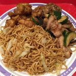 Noodles saltati con verdure e due tipi di pollo