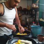 Angelito preparando quesadillas con flor de calabaza